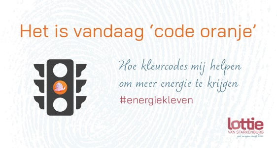 Afbeelding van stoplicht waarvan het  oranje licht brandt met daarin de slak van de omslag van 'Energiek leven'. Met tekst erbij: Het is vandaag 'code oranje' - Hoe kleurcodes mij helpen om meer energie te krijgen. #energiekleven